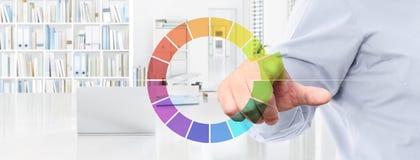 Le concept de travail d'affaires de bureau, écran tactile de main colore des icônes, nous Photos libres de droits