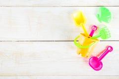 Le concept de vacances d'été avec la plage en plastique badine des jouets - bucket, s photos libres de droits