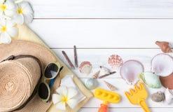 Le concept de vacances d'été, préparent des accessoires et des articles de voyage Images libres de droits