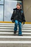 Le concept de voyage du garçon sur la station de train fait un pas Image stock