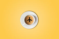 Le concept de voyage La tasse de café d'aéroport Vue supérieure Photographie stock