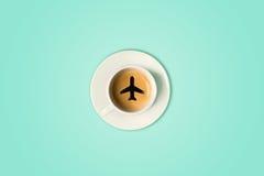 Le concept de voyage La tasse de café d'aéroport Vue supérieure Photo stock