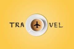Le concept de voyage La tasse de café d'aéroport Vue supérieure Images libres de droits