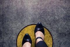 Le concept de zone de confort, femme avec les chaussures en cuir fait un pas au-dessus du cercle photo libre de droits