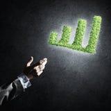Le concept des opérations bancaires et de l'investissement a présenté avec la planète verte GR Photos stock