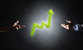 Le concept des opérations bancaires et de l'investissement a présenté avec le graphique vert de planète Photo libre de droits
