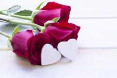 Le concept des vacances avec les roses rouges de velours Photos stock