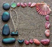 Le concept des vacances Les pierres de la Mer Rouge noire et ont arrangé dans a Image libre de droits