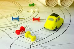 Le concept des voitures de bâtiment, fournitures de bureau colorent des boutons, dessin image stock