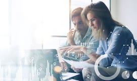 Le concept du diagramme numérique, graphique connecte, écran virtuel, icône de connexions Deux jeunes collègues travaillant sur l photographie stock