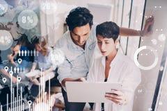 Le concept du diagramme numérique, graphique connecte, l'écran virtuel, icône de connexions sur le fond brouillé Réunion d'équipe images stock
