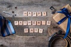 Le concept du jour de père - présentez, attachez sur le fond en bois rustique Image libre de droits
