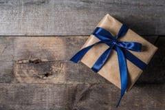 Le concept du jour de père - présentez, attachez sur le fond en bois rustique Image stock