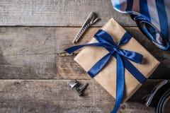 Le concept du jour de père - présentez, attachez sur le fond en bois rustique Photo stock