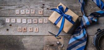 Le concept du jour de père - présentez, attachez sur le fond en bois rustique Images stock