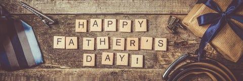 Le concept du jour de père - présentez, attachez sur le fond en bois rustique Photographie stock libre de droits
