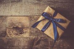 Le concept du jour de père - présentez, attachez sur le fond en bois rustique Images libres de droits