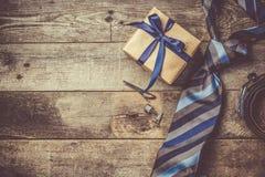 Le concept du jour de père - présentez, attachez sur le fond en bois rustique Photo libre de droits