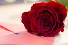Le concept du jour de StValentine avec la rose de rouge Photo stock
