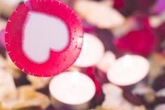 Le concept du jour de StValentine avec les bougies brûlantes Images stock