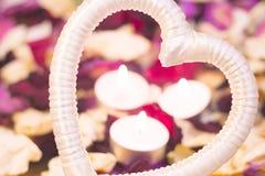 Le concept du jour de StValentine avec les bougies brûlantes Photo libre de droits
