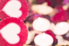 Le concept du jour de StValentine avec les bougies brûlantes Photographie stock
