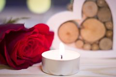 Le concept du jour de StValentine avec une rose et une bougie rouges Images stock
