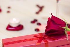 Le concept du jour de StValentine avec une rose et une bougie rouges Photos libres de droits