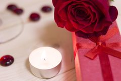 Le concept du jour de StValentine avec une rose et une bougie rouges Image libre de droits