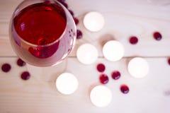 Le concept du jour de StValentine avec le vin rouge Photographie stock libre de droits