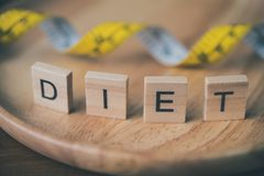 Le concept du régime pour le ` de perte de poids et de mot suivent un régime le ` dans l'endroit en bois Photo libre de droits