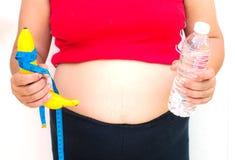 Le concept du régime pour la perte de poids - les grosses femmes ont à disposition la FRU Photo stock