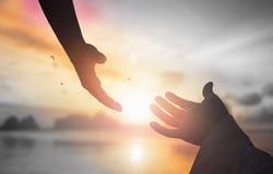 Le concept du salut du ` s de Dieu : Les mains humaines ouvrent le culte haut de paume image stock
