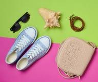 Le concept du voyage L'idée de la détente dans le réchauffeur débarque sur la plage Femmes et x27 ; chaussures et accessoires de  Photo stock