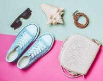 Le concept du voyage L'idée de la détente dans le réchauffeur débarque sur la plage Women&#x27 ; chaussures et accessoires de s image stock