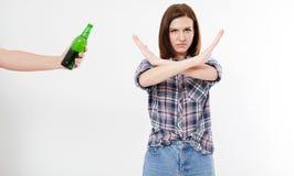 Le concept femelle d'alcoolisme, femme avec des bras a croisé, fille a rejeté l'alcool photographie stock libre de droits