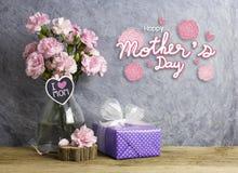 Le concept heureux de jour de mères de l'oeillet rose fleurit dans la bouteille Photos libres de droits