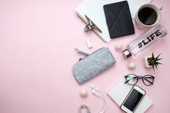 Le concept indépendant avec le téléphone de carnet de papier d'ordinateur portable, feuille, crayons, sucrerie, café, écouteurs,  Photographie stock libre de droits