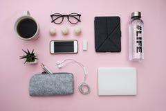 Le concept indépendant avec le téléphone de carnet de papier d'ordinateur portable, feuille, crayons, sucrerie, café, écouteurs,  Image stock