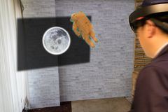 Le concept industriel de technologie d'éducation, homme brouillé utilisant les verres futés étudient l'astronaute d'histoire à la Images libres de droits