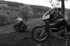 Le concept isol?, homme seul se repose et regard ? la distance La moto d'aventure, motocycliste, un conducteur de motocyclette re image libre de droits