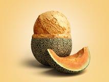 le concept moderne de la boule de crème glacée de melon de la crème glacée de fruit A se trouve dessus Image libre de droits