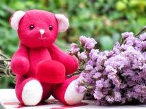 Le concept pour l'amour le jour de valentines, ours de nounours reposent la prise la boîte rouge de velours avec l'anneau par le  Photographie stock