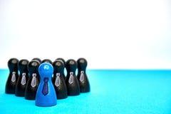 Le concept pour la direction avec le jeu figure avec des liens dans bleu et noir - avec le copyspace Photographie stock