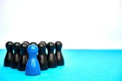 Le concept pour la direction avec le jeu figure dans bleu et noir - avec le copyspace Image libre de droits