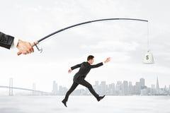 le concept qui recherche le bénéfice avec l'homme d'affaires fonctionne pour un sac d'argent Images stock