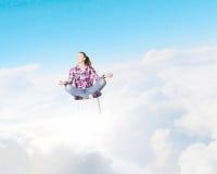 le concept remet son ciel augmenté par méditation d'homme aux jeunes Photographie stock libre de droits