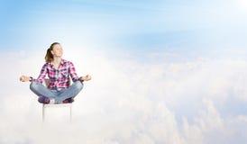 le concept remet son ciel augmenté par méditation d'homme aux jeunes Photos libres de droits
