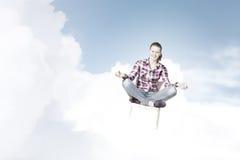 le concept remet son ciel augmenté par méditation d'homme aux jeunes Photo stock
