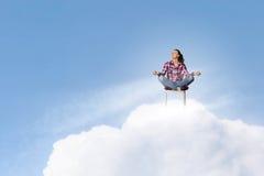 le concept remet son ciel augmenté par méditation d'homme aux jeunes Photographie stock